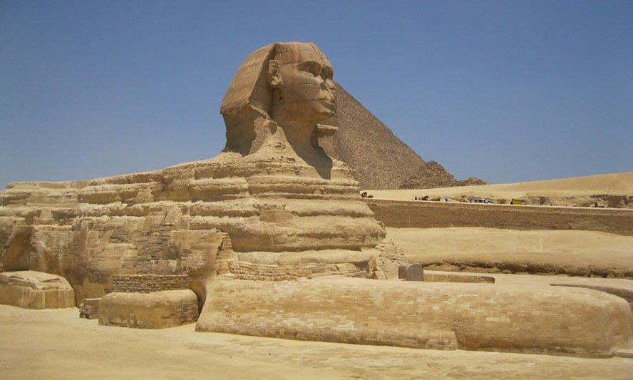 Sphinx in Gizeh Ihr Aussehen ist dem Körper eines Löwen